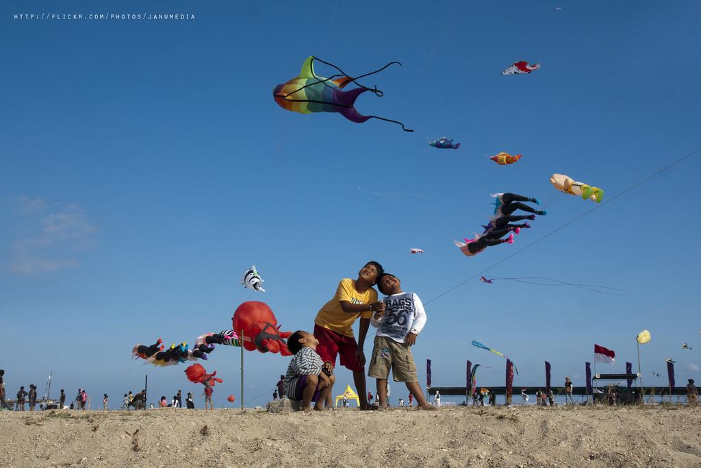 名言で学ぶ英語|Kites rise highest against the wind – not with it